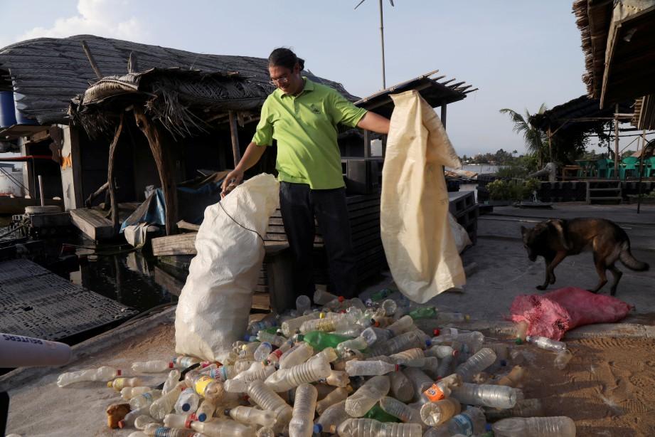 BECKER mengutip sampah untuk dijadikan pusat peranginan.