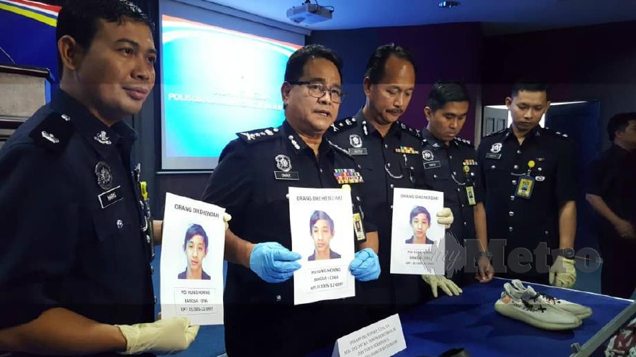 Omar (dua dari kiri) menunjukkan suspek yang diburu polis kerana terbabit dalam kes samun kedai 24 jam di Penampang. FOTO Junaidi Ladjana