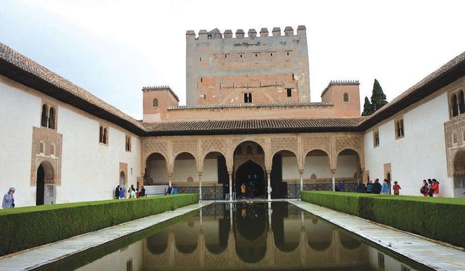 TAMAN kolam dalam kawasan bangunan istana kerajaan Islam.