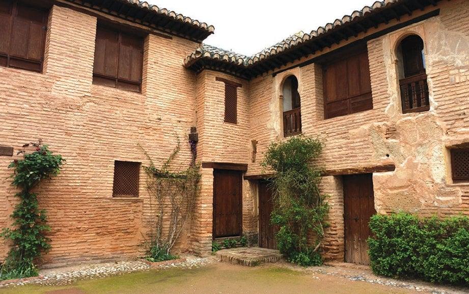 MENGEKALKAN tekstur permukaan dinding bangunan lama, daripada bahan batu semula jadi.