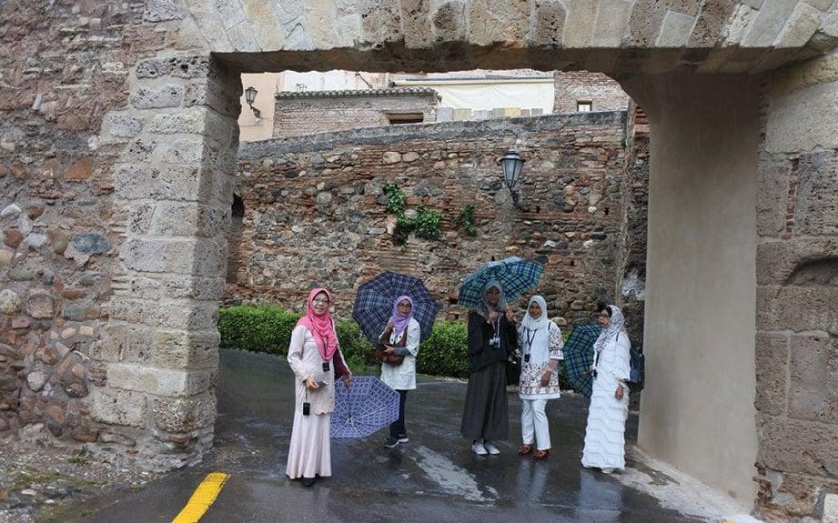 GERBANG tempat kami melangkah masuk ke bahagian sejarah Islam, Alhambra.
