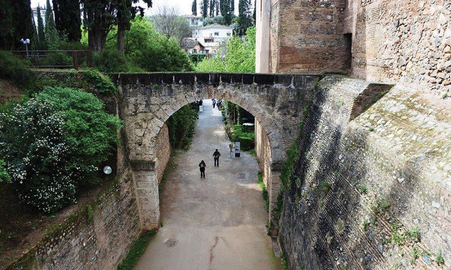 JALAN sekitar istana mempunyai pintu gerbang daripada bahan batu sama dengan bangunan.