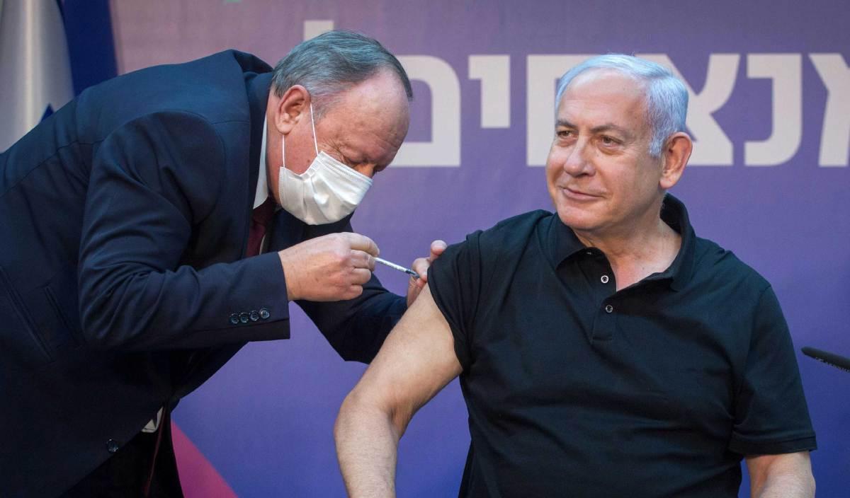 BENJAMIN Netanyahu menerima suntikan vaksin Covid-19 di Sheba Medical Center, Ramat Gan. FOTO AFP