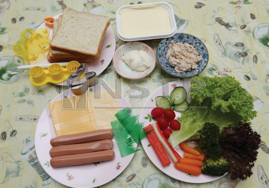 1. BAHAN menghasilkan sandwic. Roti, tuna, mayonis, sosej, salad, tomato dan timun. FOTO Zunnur Al Shafiq.