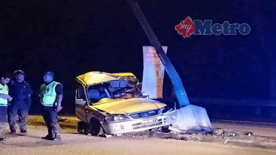 KEADAAN kereta yang dinaiki sebuah keluarga yang terbabit dalam kemalangan mengakibatkan kematian dua beradik di Jalan Beserah, Kuantan, semalam. FOTO Ihsan Pembaca