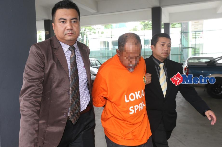 Suspek yang diiringi pegawai SPRM negeri direman selama enam hari bermula hari ini. FOTO Zaman Huri Isa