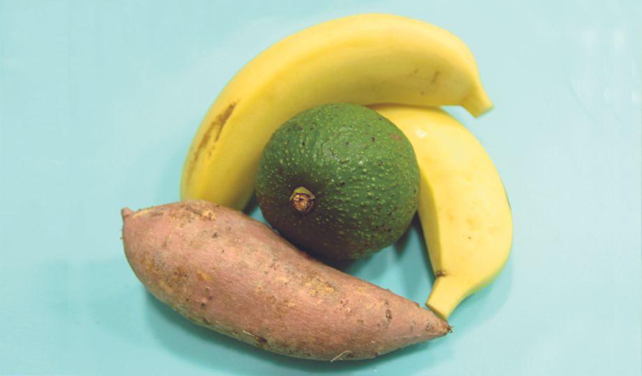 SEDIAKAN avokado bersaiz kira-kira sebesar tapak tangan, dua biji pisang berangan dan keledek (dibakar).