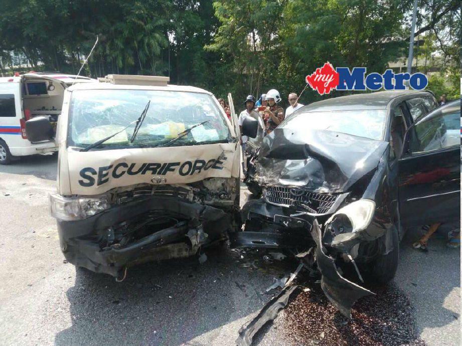 Keadaan van keselamatan dan Toyota Innova yang bertembung. FOTO ihsan bomba