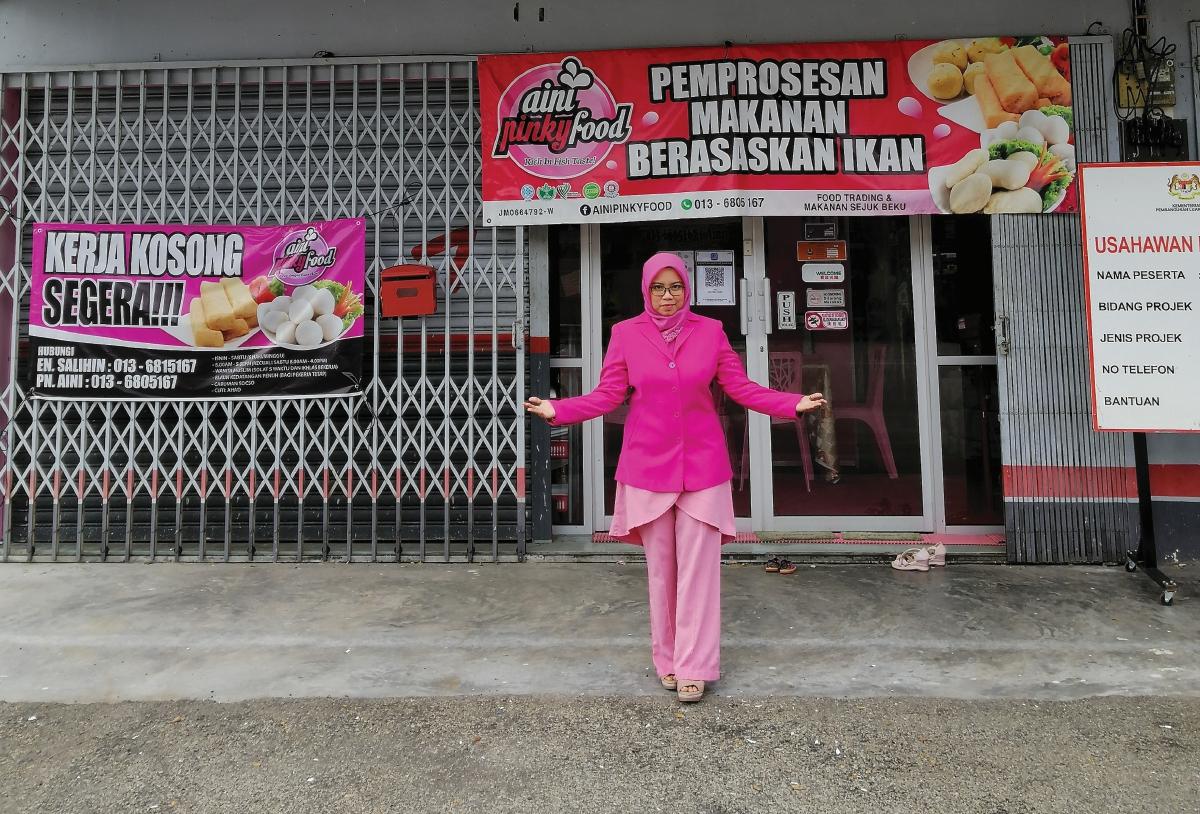 NORAINI di hadapan premisnya di Tangkak, Johor