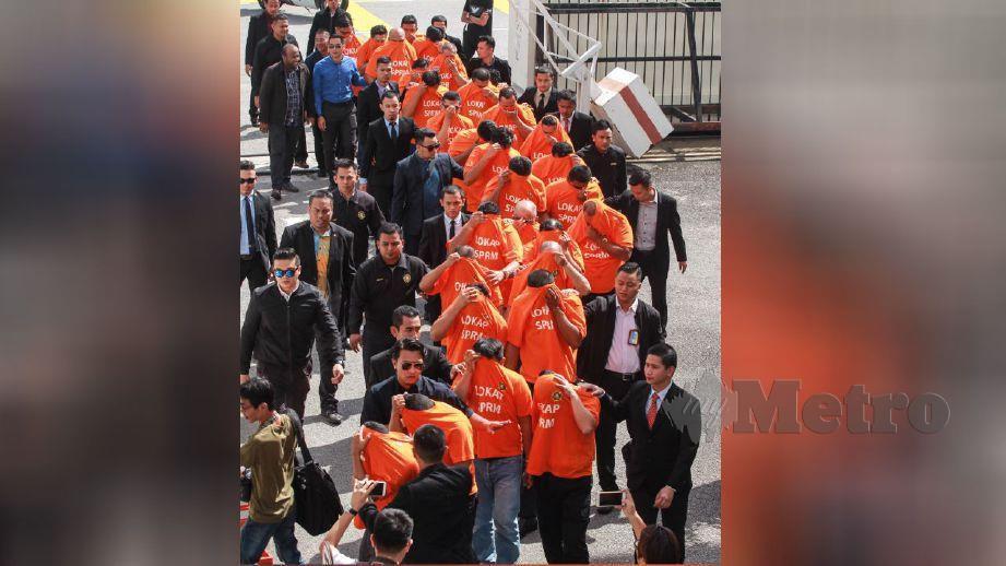 ANGGOTA SPRM membawa suspek untuk mendapatkan perintah tahanan reman di Mahkamah Georgetown. FOTO Danial Saad