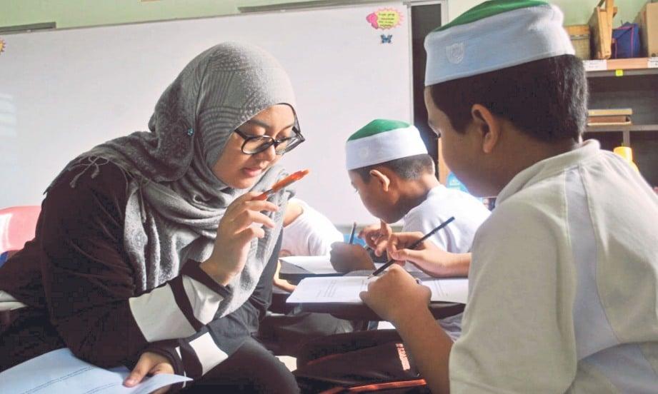 Mahasiswa mengasah pemikiran anak madrasah dengan memberi fokus kepada pembelajaran subjek Bahasa Melayu dan Matematik.