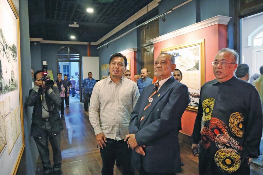LAWATAN tetamu kehormat ke ruang pameran. FOTO Ihsan MPK Bandar Hilir Melaka & Arkib Negara
