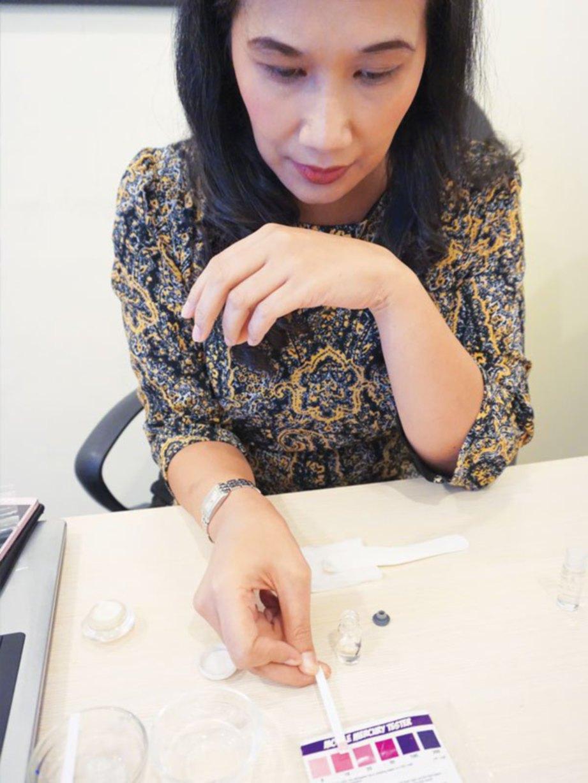 DR Riza menunjukkan keputusan ujian terhadap sampel produk kosmetik.