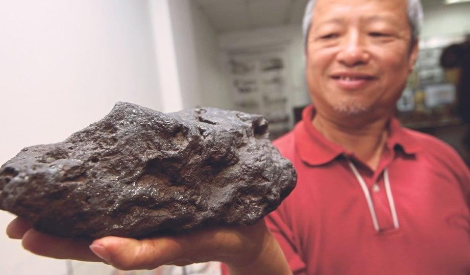 LEE menunjukkan bijih timah bewarna hitam seberat kira-kira tujuh kilogram dan mempunyai tahap ketulenan tinggi.