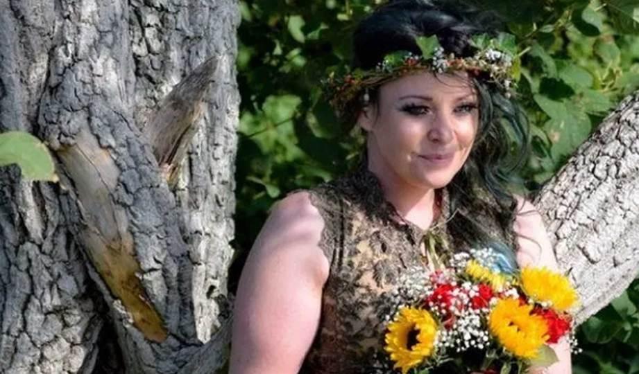 KATE Cunningham berkahwin dengan pokok tertua Rimrose Valley Country Park, September lalu. FOTO Triangle News