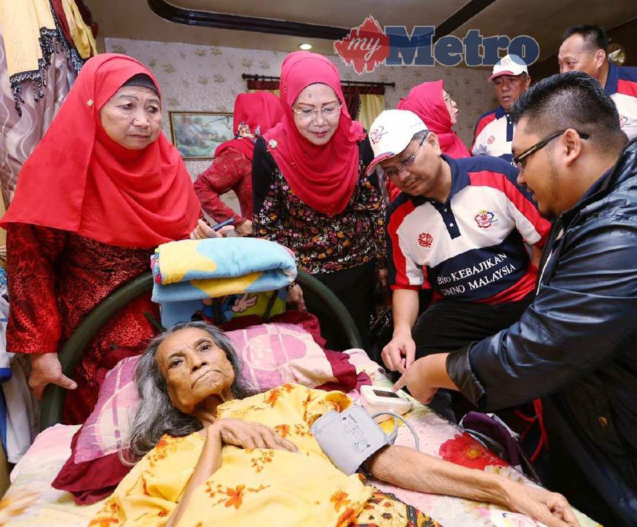 Shamsul melawat Lebibah yang mengalami angin ahmar di rumahnya di Kampung Sungai Kayu, Sandakan sempena program UMNO Bantu Rakyat 2.0. FOTO/ Rosela Ismail