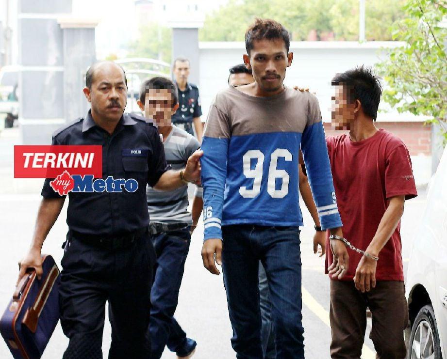 Bapa saudara mangsa (belakang, kiri), Che Mohd Badrul Hisyam dan bapa mangsa (baju merah) mengaku bersalah merogol dan mencabul mangsa di Mahkamah Sesyen hari ini. FOTO Muhd Faris Zainulddin