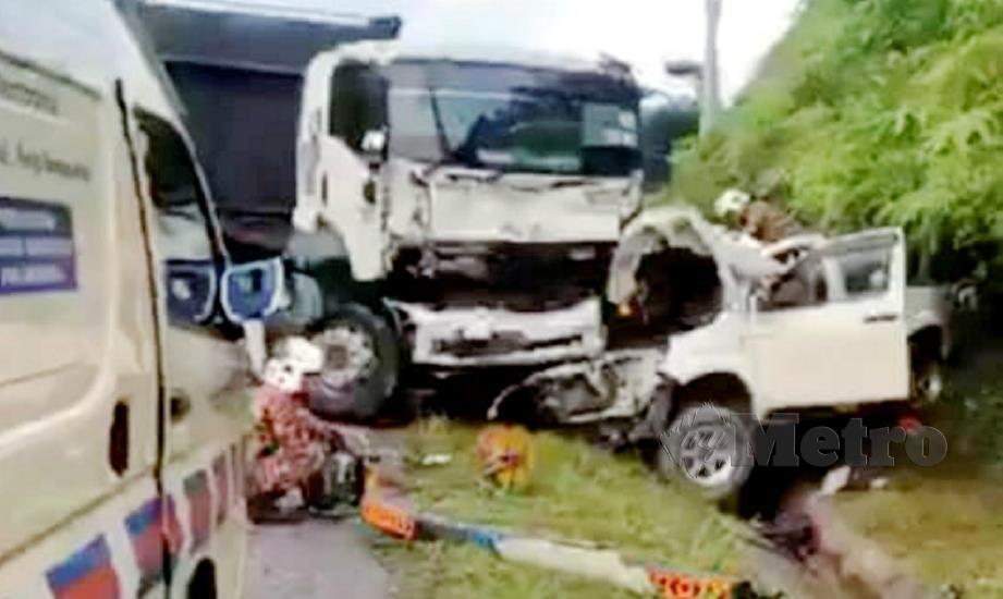 ANGGOTA bomba berusaha mengeluarkan mayat suami isteri selepas kemalangan membabitkan pikap dan treler membawa muatan tong gas di Kilometer 57, Jalan Gua Musang-Kuala Krai di Gua Musang, hari ini. FOTO ihsan pembaca.