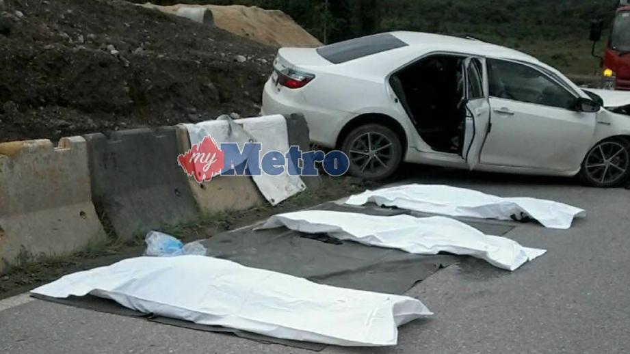 MAYAT tiga mangsa yang maut dalam kemalangan membabitkan tiga kenderaan di Kilometer 52, Jalan Tatau-Bintulu, Bintulu, hari ini. FOTO Ihsan JBPM