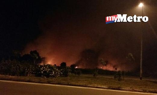 Kawasan belukar yang masih terbakar dekat ILP Miri, Kuala Baram, malam ini. - Foto MOHD RIZAL ABDULLAH