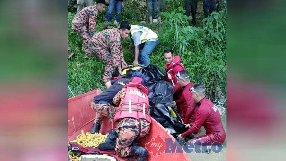 ANGGOTA bomba membawa naik mayat remaja yang ditemui lemas di Sungai Padas, Tenom, hari ini. FOTO ihsan bomba