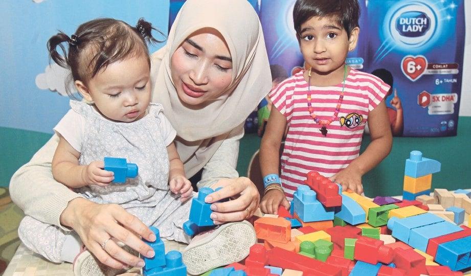 IBU BAPA digalakkan bersama anak ketika proses bermain bagi mewujudkan komunikasi dua hala.