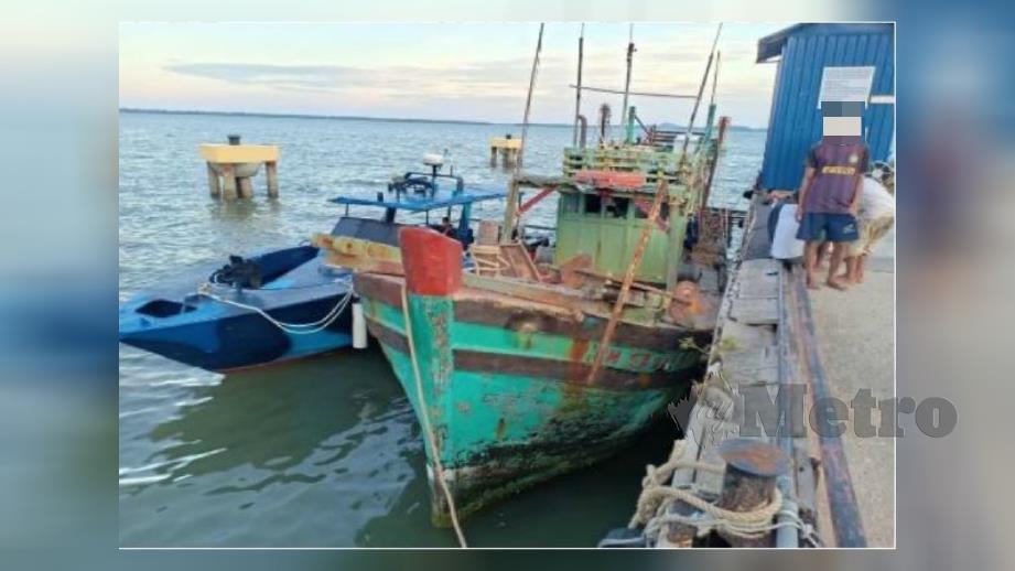 Bot nelayan Vietnam yang ditahan PPM Wilayah 4 selepas disyaki mengutip balat di perairan Sabah pada Selasa lalu. Foto Ihsan PDRM