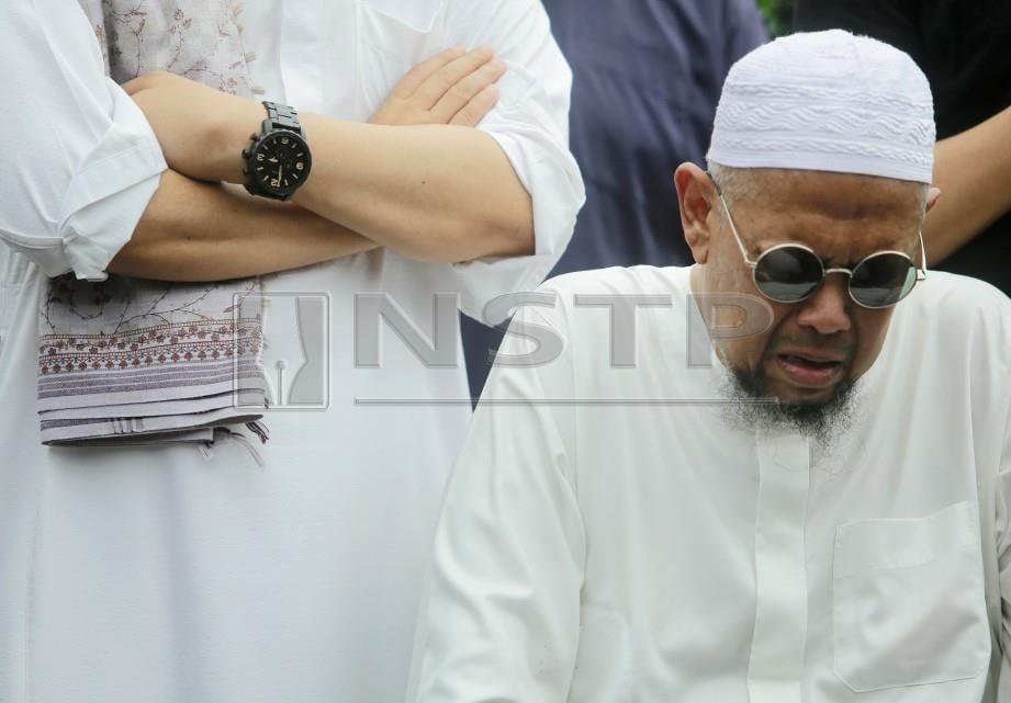 BOB Lokman kelihatan sebak ketika majlis pengebumian jenazah anaknya Mohamad Adam Mohd Hakim  Lokman di Tanah Perkuburan Islam Batu 20,Kuang. FOTO - Syarafiq Abd Samad / NSTP