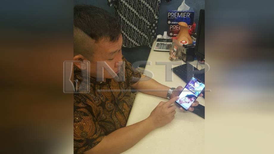 AZMAN menunjukkan gambar profil WhatsApp Alice yang disunting dan dipadankan dengan gambar lucah dari Internet. FOTO Yusmizal Dolah Aling.