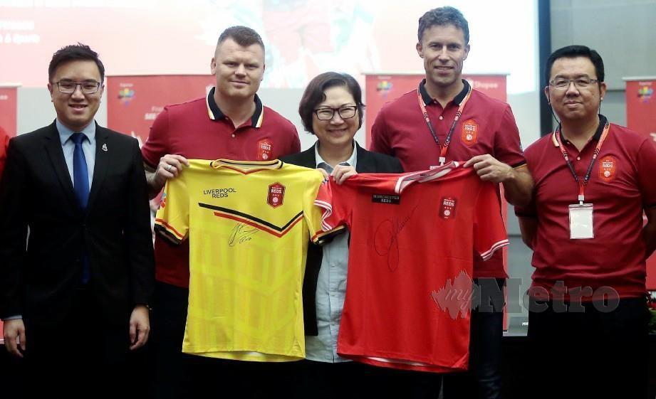 TIMBALAN Ketua Menteri Sabah, Datuk Christina Liew (tengah) bersama Menteri Belia dan Sukan Sabah, Phoong Jin Zhe (kiri) serta dua legenda Manchester United, Ronny Johnsen (dua kanan) dan Liverpool, John Arne Riise (dua kiri) pada sidang media di Kota Kinabalu, hari ini. — FOTO Edmund Samunting