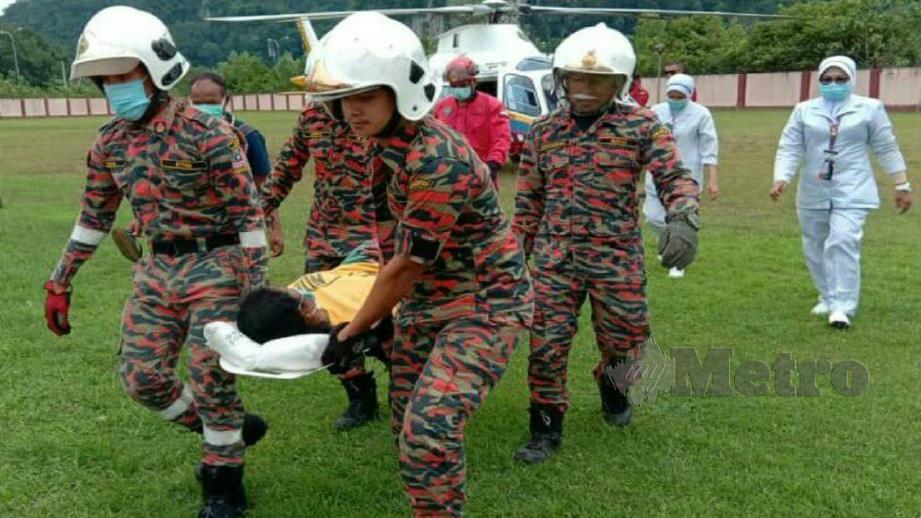 Pesakit diusung anggota bomba untuk dibawa ke ambulans selepas diselamatkan menerusi penerbangan ihsan JBPM dari Pos Gob, Gua Musang hari ini. Foto Ihsan JBPM