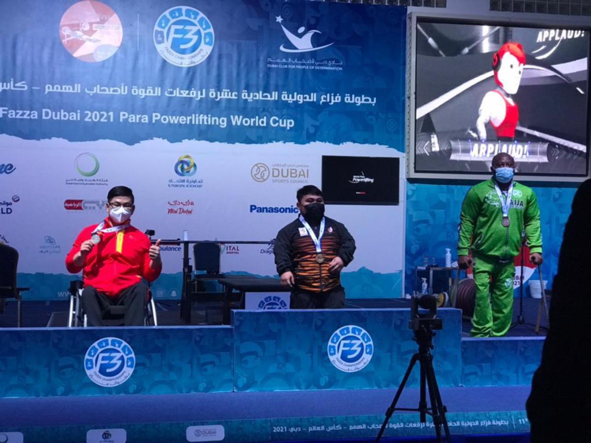 Bonnie Bunyau (tengah) ketepikan cabaran atlet para China dan Nigeria.