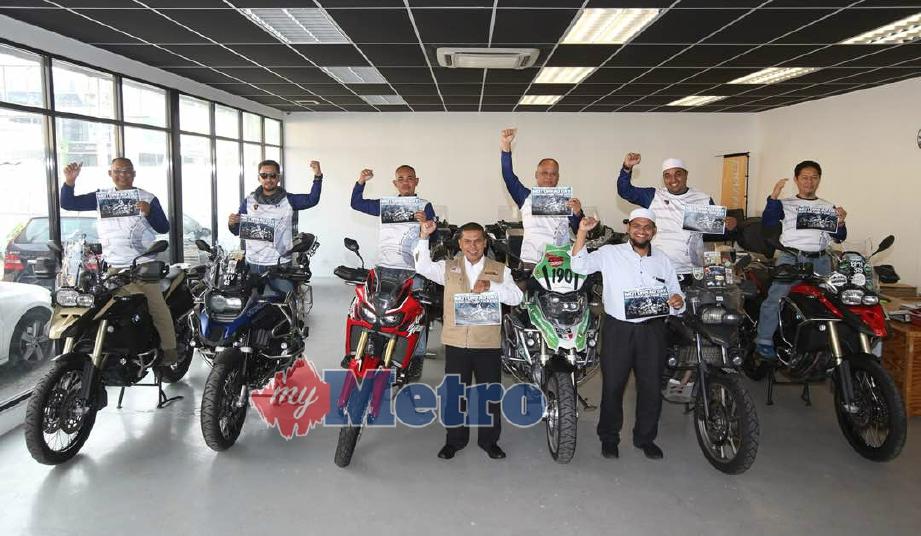 Zulkifli (empat kiri) bergambar bersama ahli-ahli Kelab BMW Motorrad pada sidang media Kembara Kebajikan Ke Bosnia. FOTO Shafina Jemenon