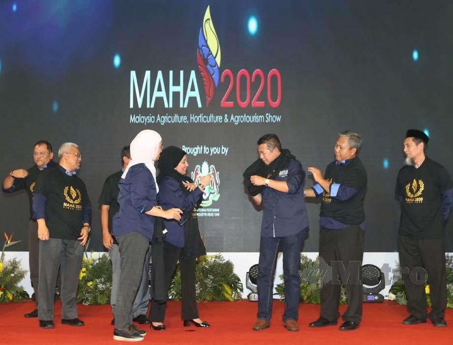 SALAHUDDIN memakai baju Maha 2020 sebagai gimik pelancaran pada majlis penutupan sambutan HPPNK 2019, semalam. FOTO Mohd Azren Jamaludin