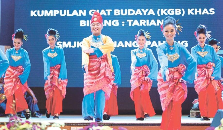 PERSEMBAHAN pelajar Sekolah Menengah Jenis Cina Triang, Pahang.