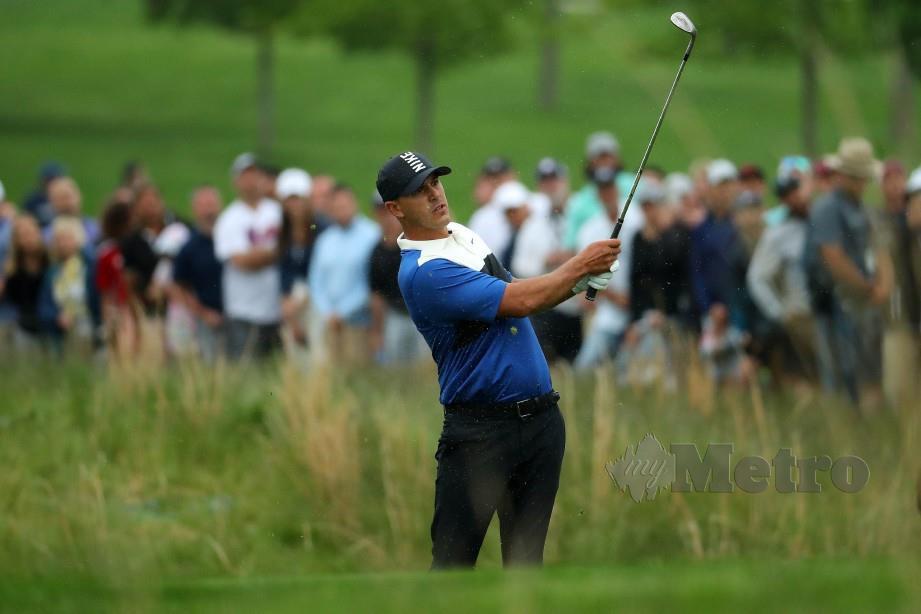 KOEPKA melakukan pukulan pada pusingan akhir Kejuaraan PGA. — FOTO AFP