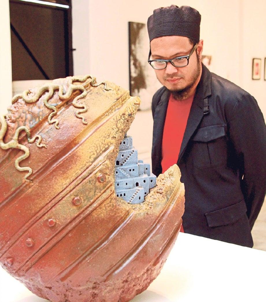 DR Muhammad Abdul Aziz meneliti kehalusan seramik karya artis Jepun, Shibata Masaaki berjudul 'Back to Nature'.