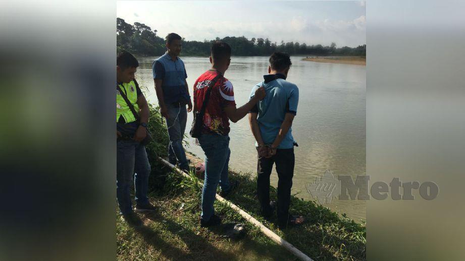 SUSPEK lelaki dibawa ke lokasi dia membuang mayat bayi perempuan di Sungai Perak, Bota. FOTO ihsan polis