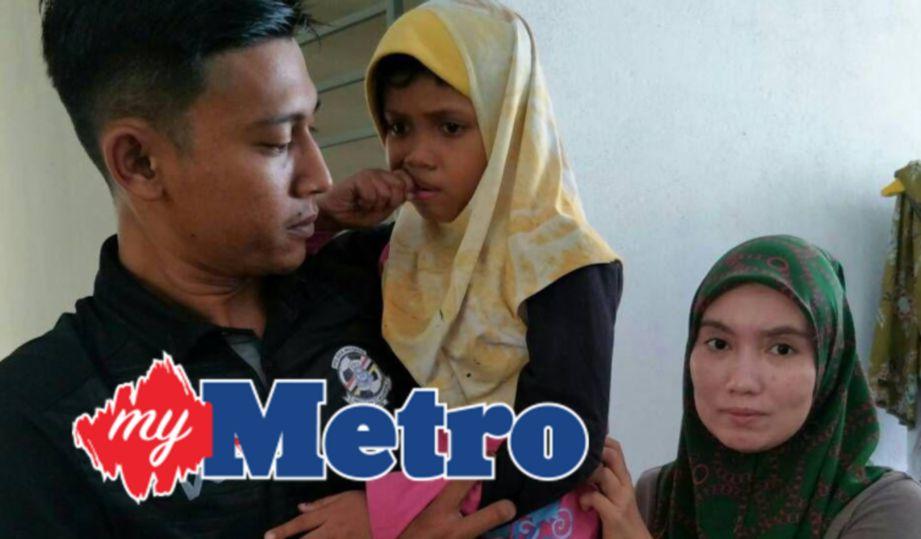 NUR Dania Qistina didukung anggota polis selepas ditemui selamat. Di sebelahnya adalah ibunya, Wan Nurhafiza. FOTO Ramli Ibrahim