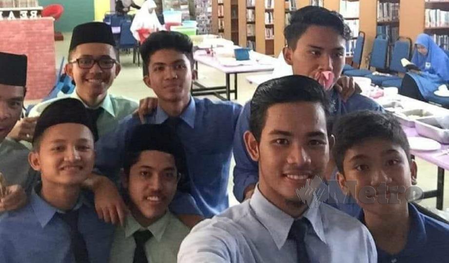 MUHD Arif Syazwan (dua dari kanan) bergambar bersama rakannya.