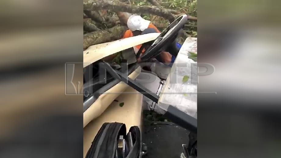 DUA individu cedera selepas buggy dinaiki dihempap pokok tumbang dalam kejadian di kelab golf di Bukit Kiara, hari ini. FOTO ihsan pembaca.
