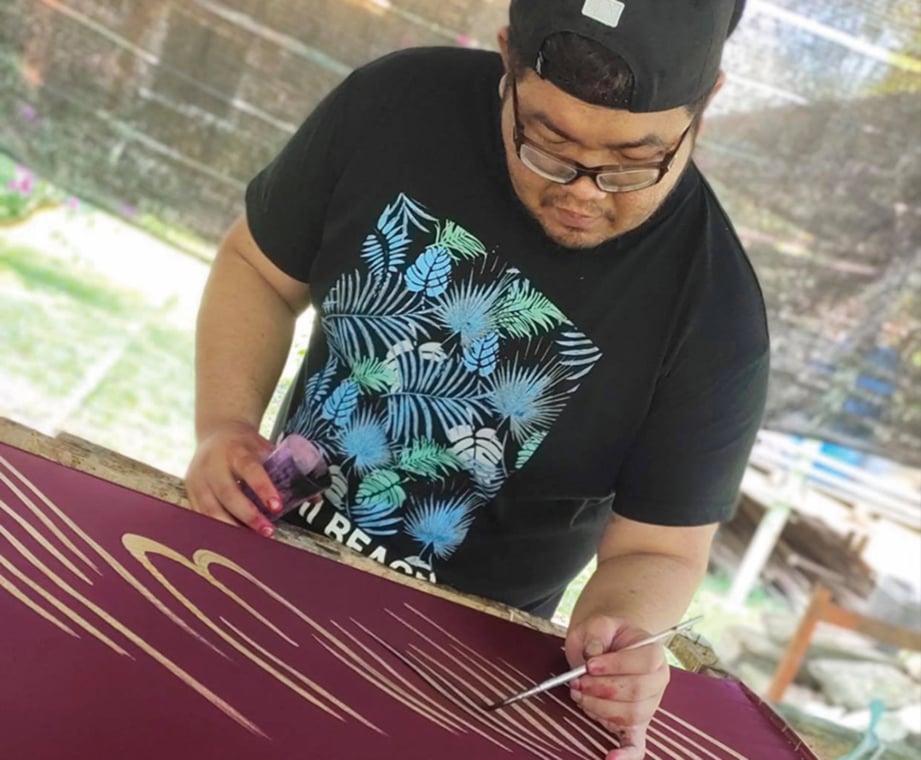 BUJINS turut turun padang untuk menghasilkan batik binari berkualiti.