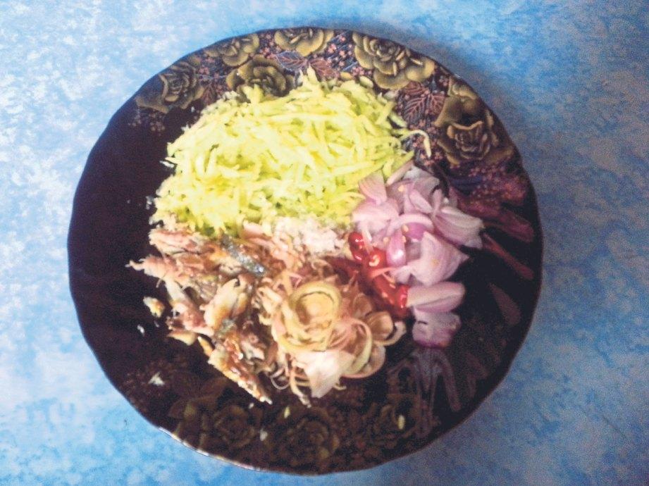 3. HIRIS bawang merah, cili api dan bunga kantan. Siat isi ikan kembung. Masukkan semua bahan ini ke dalam pinggan.