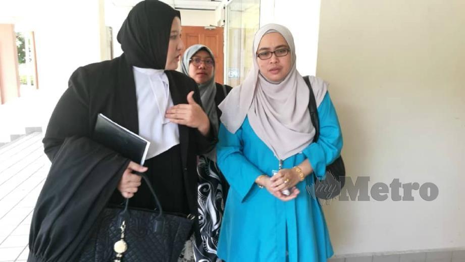 WAN Azliana (kiri) berbual dengan Rusaila selepas mahkamah memerintahkan sembilan defendan termasuk lima pembuli membayar tuntutan RM616,634.20 di Mahkamah Tinggi, Kuala Terengganu, hari ini. FOTO HANNEEYZAH BARIAH BAHARIN.