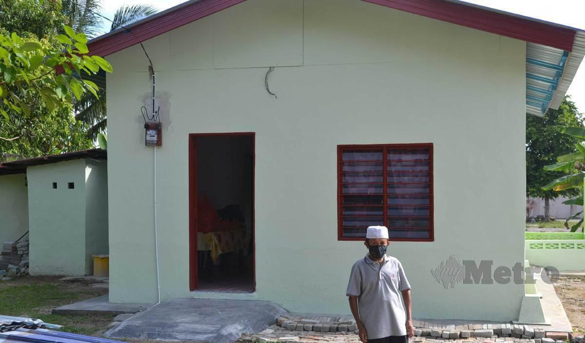 ABDUL Ghani bersyukur menghuni rumah baharu sumbangan Noor Azman di Kampung Tangga Batu Pekan, Tanjung Kling. FOTO Hassan Omar