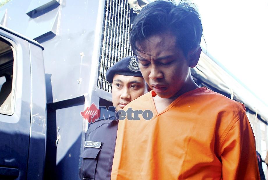 TERTUDUH dibawa keluar dari mahkamah. FOTO Adzlan Sidek