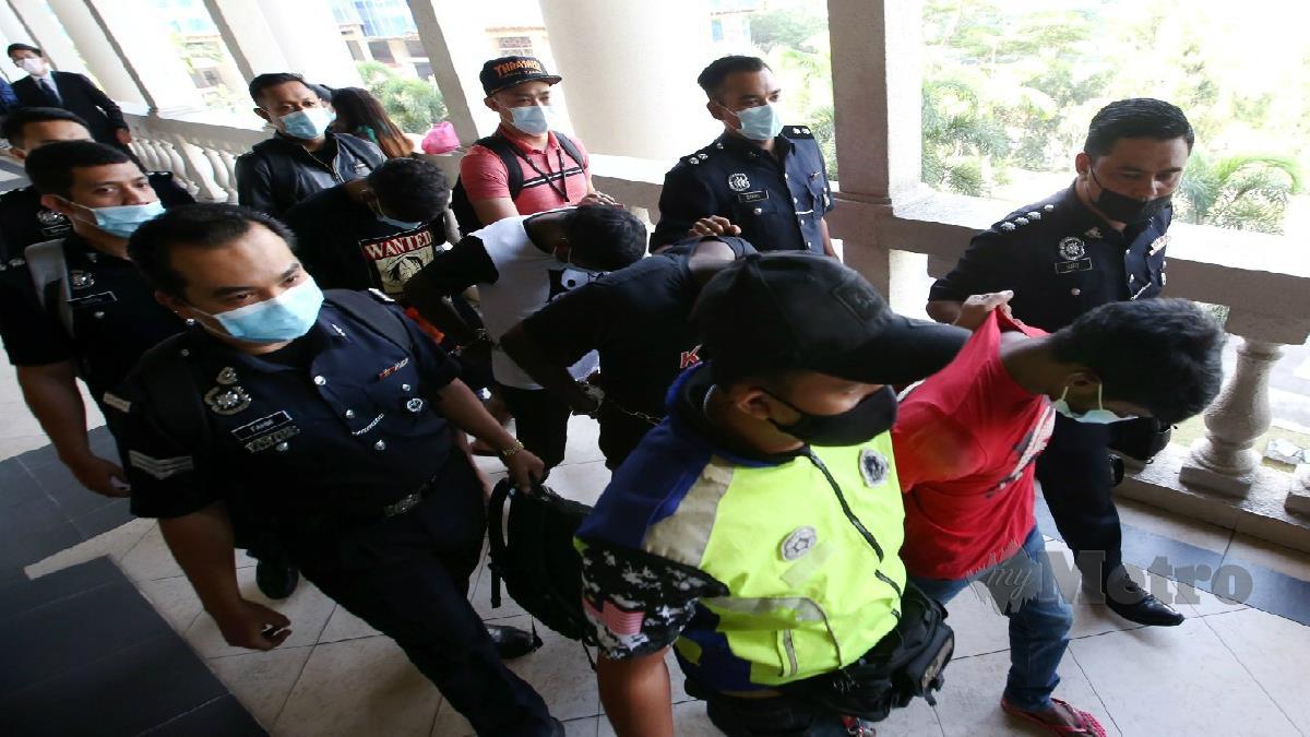 EMPAT lelaki dibawa ke Mahkamah Majistret Kuala Lumpur untu didakwa. FOTO EIZAIRI SHAMSUDIN