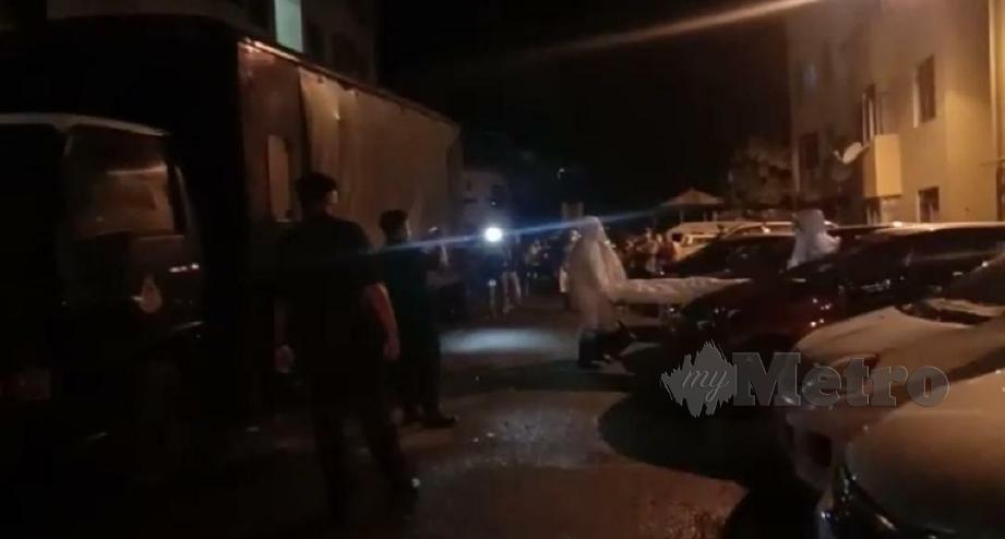 POLIS mengangkat mayat mangsa untuk dibawa ke HQE1.