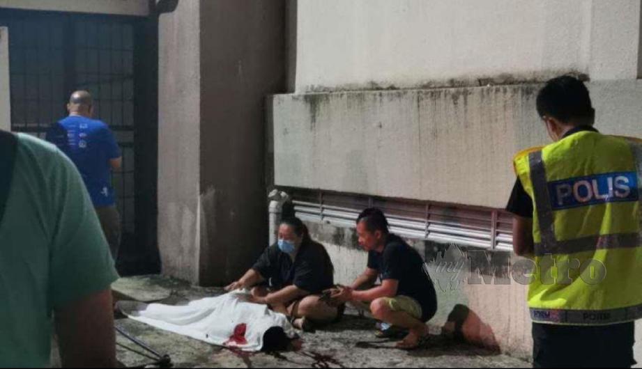 MANGSA disahkan meninggal dunia di lokasi kejadian akibat kecederaan parah pada kepala dan belakang badan. FOTO ihsan polis
