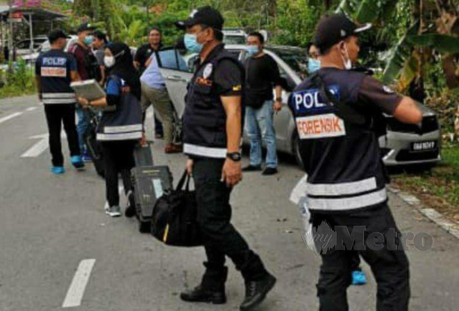 PASUKAN forensik IPD Kuching melakukan pemeriksaan di tempat kejadian. FOTO  MELVIN JONI